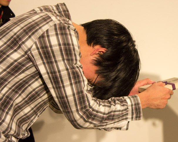 桐の箱に入った「任天道場オリジナルのNewニンテンドー3DSきせかえプレート」を授与されるカナカナさん