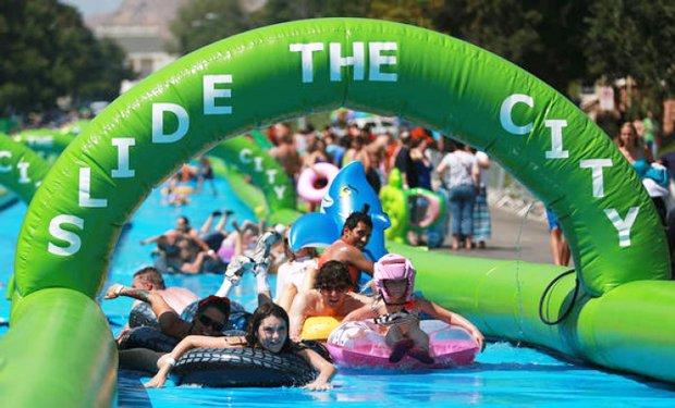 街中に巨大ウォータースライダー! 最高の水遊びパーティーが日本初開催