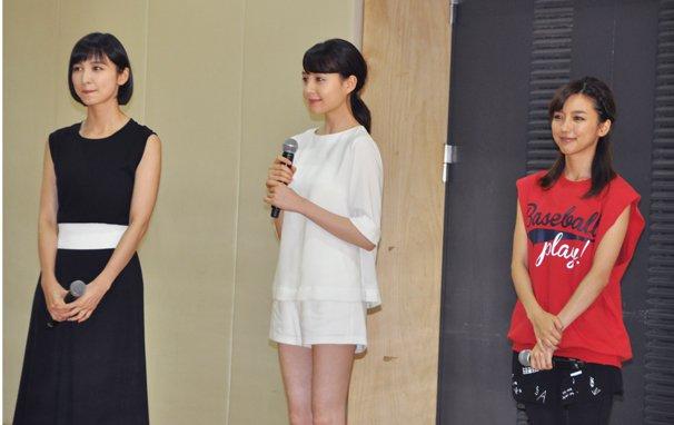 サプライズ登場した篠田麻里子さん(左)、トリンドル玲奈さん(中)、真野恵里菜さん(右)