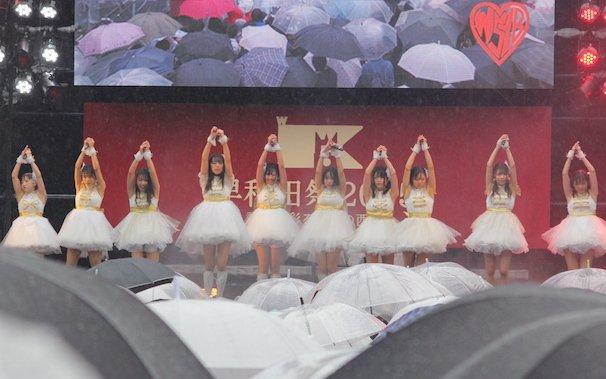 大粒の雨が降る中、敢行されたステージ「わせ女、アイドルやめるってよ。」