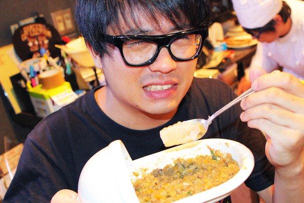 2015年9月2日に「特製うんこ味のカレー」を食しているKAi-YOU編集部・コダック川口の様子