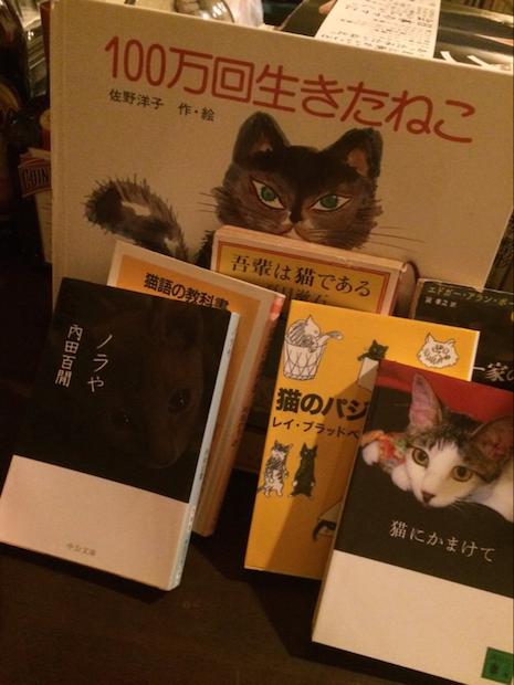『猫町』などネコ文学が並ぶ ねこ文壇バー「月に吠える」が新宿に