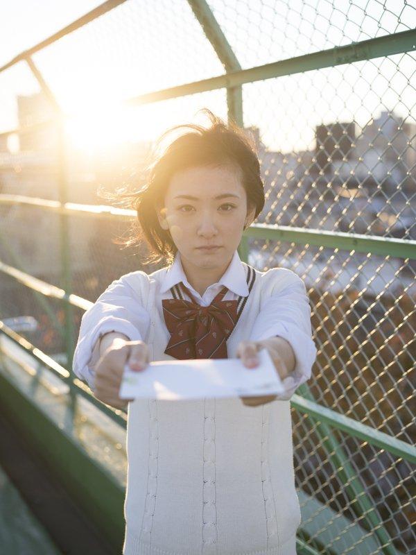 屋上で手紙を渡している風の生駒里奈