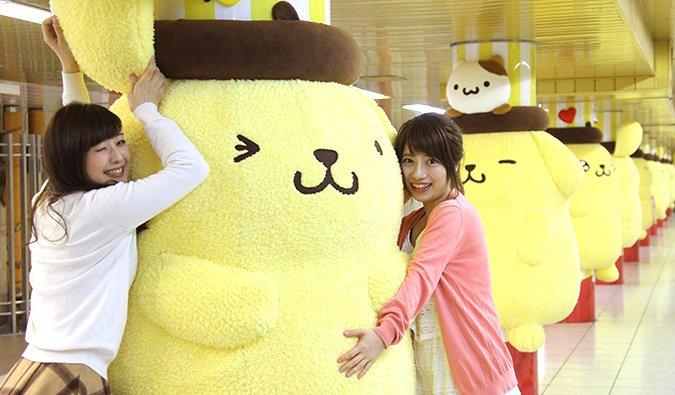 ポムポムプリンの巨大ぬいぐるみが新宿駅をジャック! 生誕20周年記念