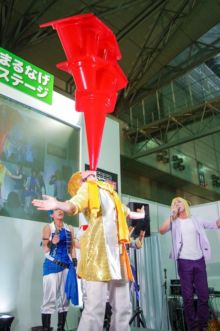 【超会議】『おそ松さん』1話を再現 十四松の驚愕カラーコーン芸に注目!