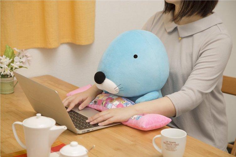 『ぼのぼの』ぬいぐるみ型PCクッションに癒されながら仕事しよう!
