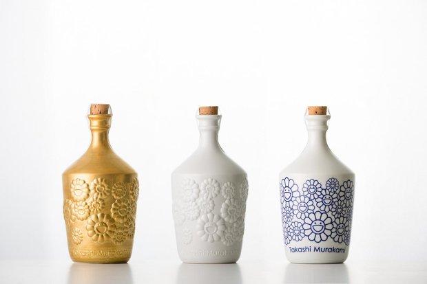 オリジナル陶器ボトル サイン入りの金レリーフ、白レリーフ、呉須の3種(価格未定)/Photo by Ikki Ogata