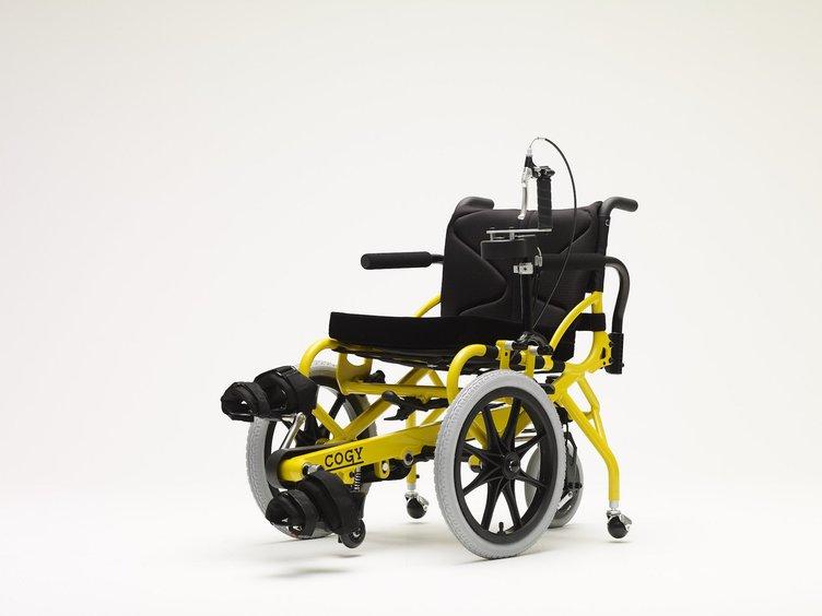 両足で漕げる車いす「COGY」 VRやスマホアプリでリハビリを支援