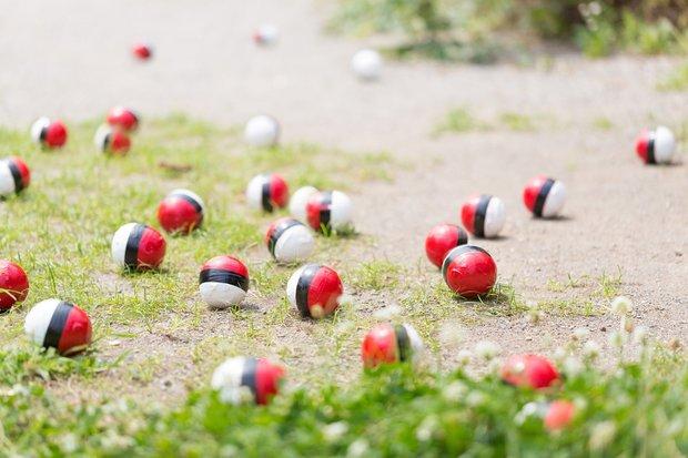 フリー素材ぱくたそにポケモンgoっぽい紅白ボールの写真登場