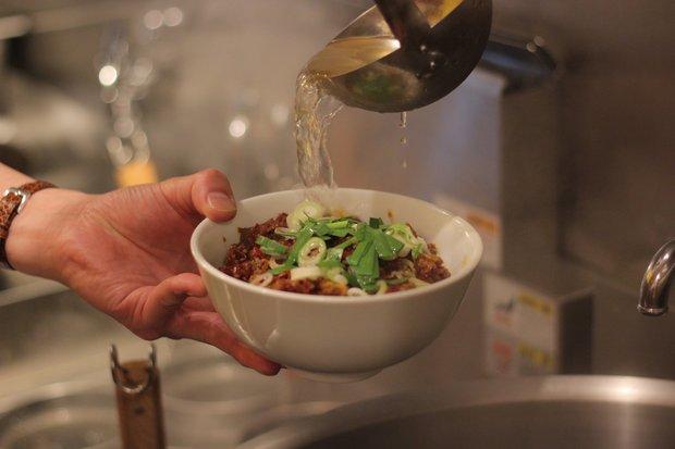麺、ミンチの上から鶏ガラスープを注ぐ