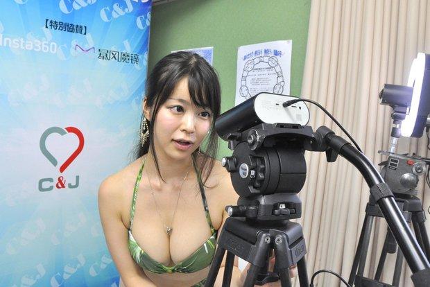 3Dカメラを見つめる渋谷ゆりさん