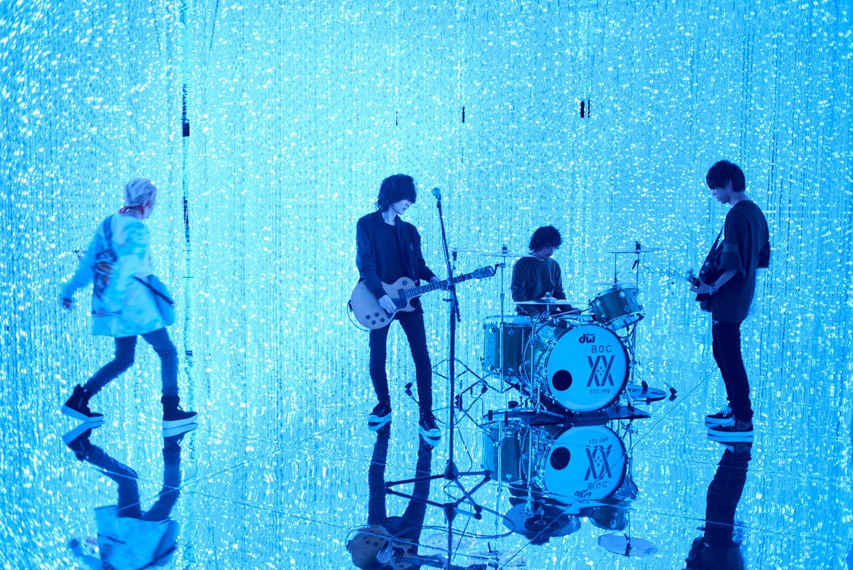 BUMP OF CHICKEN 新曲「アリア」MVをチームラボ「光の彫刻」内で撮影