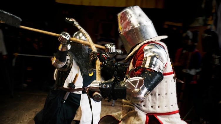 甲冑で戦う異色スポーツ「アーマードバトル」写真集の資金募集
