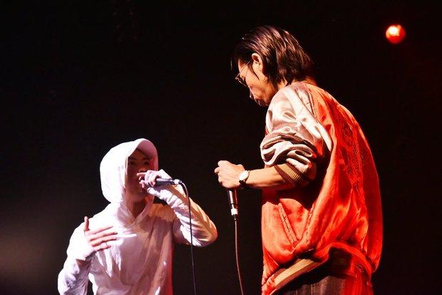 「戦極MCBATTLE 第15章本選 Japan Tour Final」でのAmateras(左) vs 呂布カルマ(右)