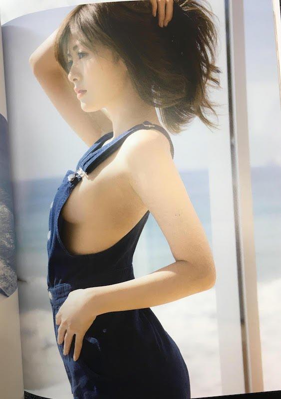 白石麻衣さん写真集『パスポート』/話題を呼んだ先行カットのページ