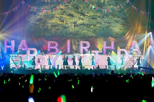 ステージのセットには、1周年ということで「HAPPY BIRTHDAY」の文字