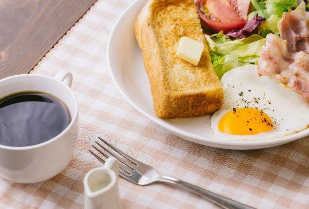 パンにお肉、野菜と意外にバランスがとれた朝食