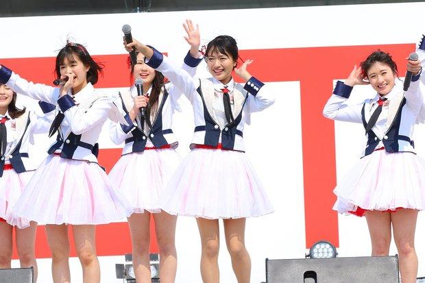 デビューシングル「青春時計」のお披露目ライブのワンシーン