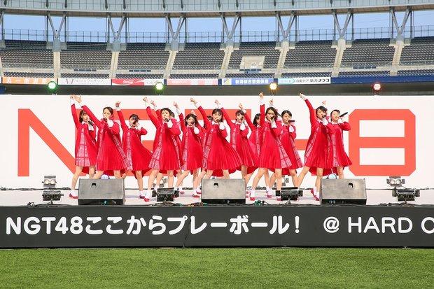 「HARD OFF ECOスタジアム新潟」で開かれたデビューシングル「青春時計」のお披露目ライブ
