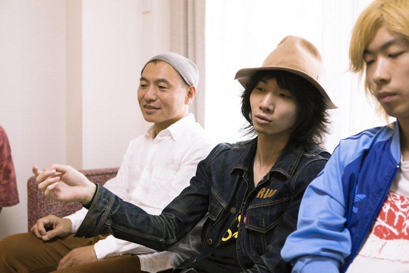 左から湯浅政明監督、爆弾ジョニーのキョウスケ、タイチ。