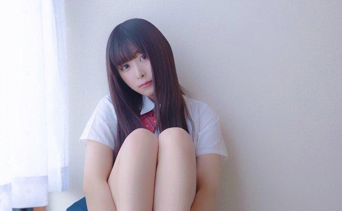真島なおみの純白水着 ヤンジャングラビアも話題の「ドール系美少女」