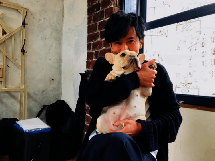 """稲垣吾郎×草なぎ剛愛犬""""くるみ""""の2ショットにファン悶絶!「癒されます」「可愛くて可愛くて」"""