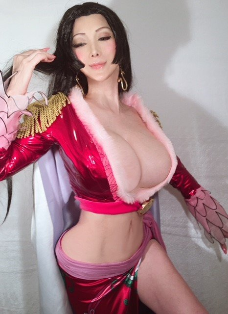叶美香、Jカップのボア・ハンコックを再現! メロメロの実の能力おそろしい…