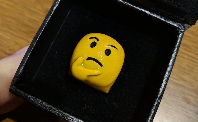 完全に指輪のハズだった 箱から出てきた「🤔」に称賛→リプ欄が🤔で埋まる