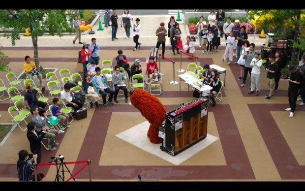 圧巻の演奏を終えたムックさん/【音楽家ムック】街中で突然、米津玄師の「海の幽霊」弾いてみた!!