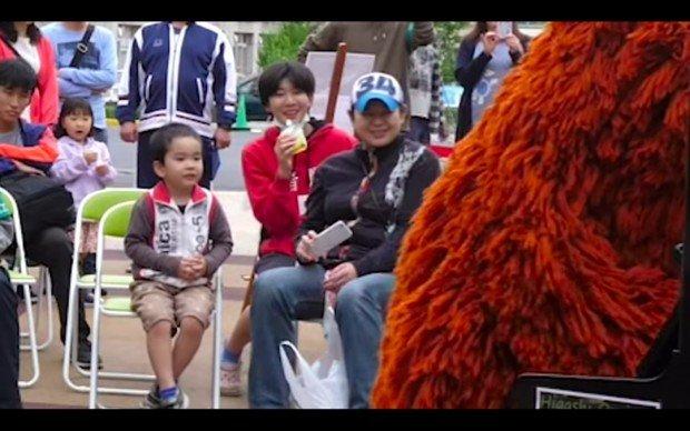 驚く観客/【音楽家ムック】街中で突然、米津玄師の「海の幽霊」弾いてみた!!