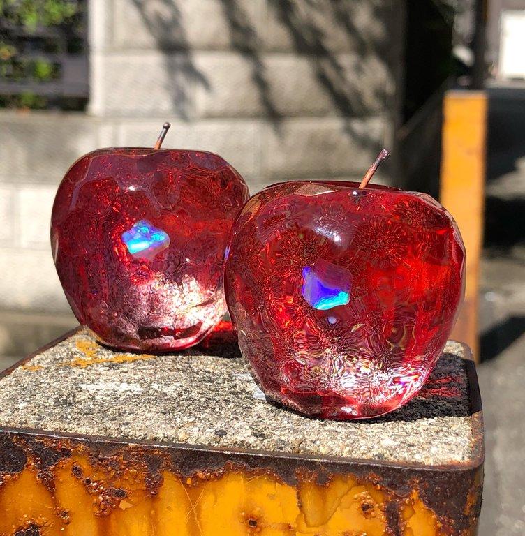 宝石のようなリンゴのガラス細工 「生きてるみたい」など反響