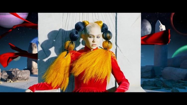 日本アニメに魅せられた歌手グライムス 『AKIRA』『少女革命ウテナ』オマージュMV
