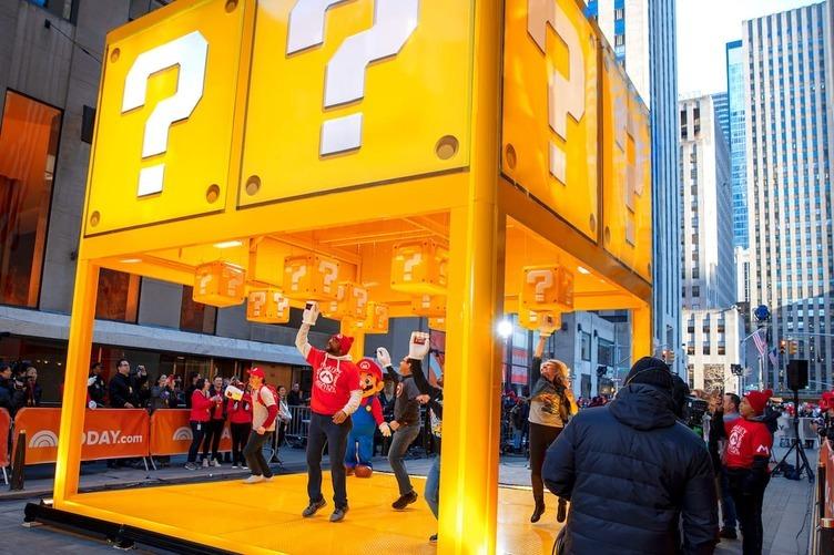 NYに任天堂「マリオ」 のハテナブロック出現 ファン1000人が最高の笑顔でパンチ