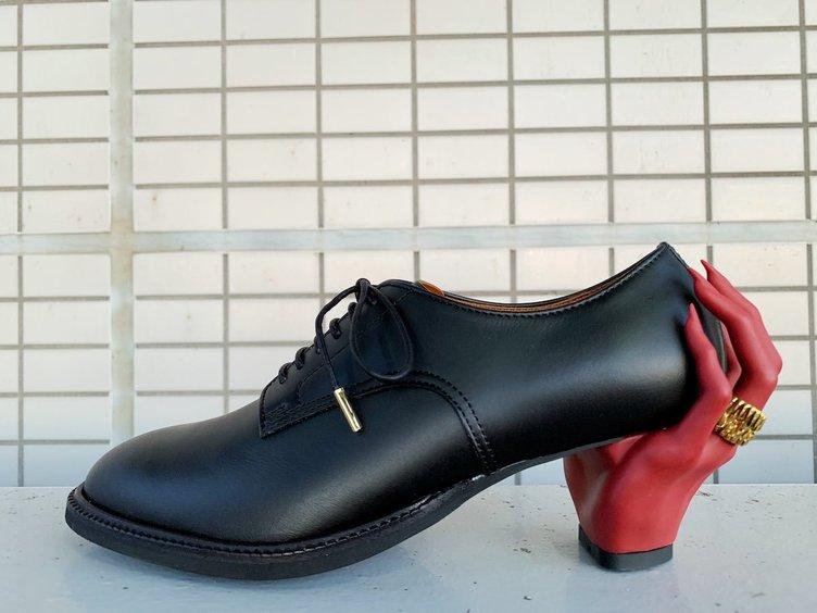 魅惑の手が靴に宿った? デザイナーの凄艶なドレスシューズに惹きずり込まれそう