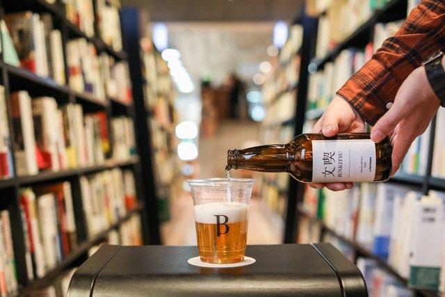 """""""本と過ごすためのビール""""開発へ 入場料のある書店「文喫」が推進"""