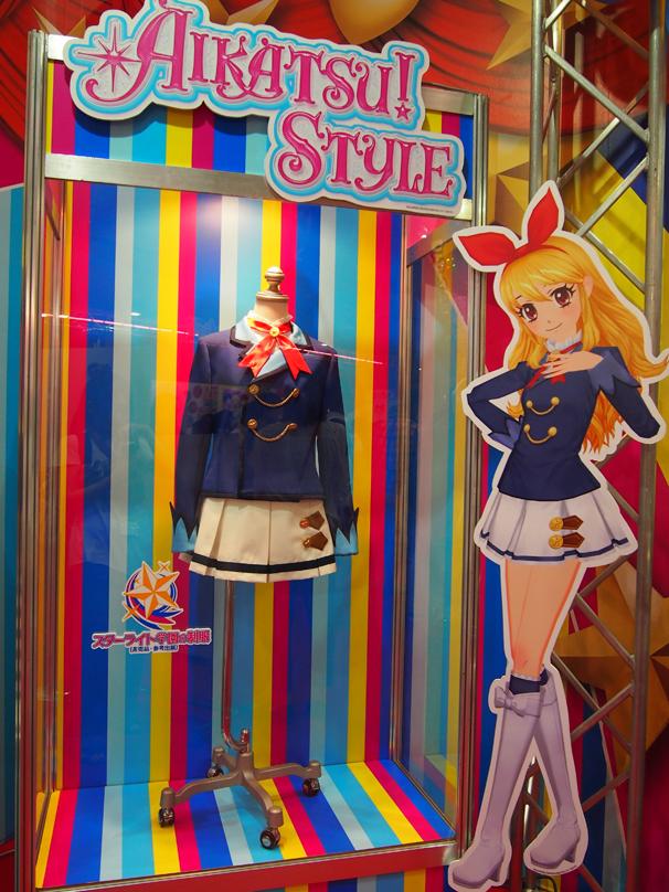 女の子を中心に大人気の「アイカツ!」ブースでは、スターライト学園の制服が展示されていました。