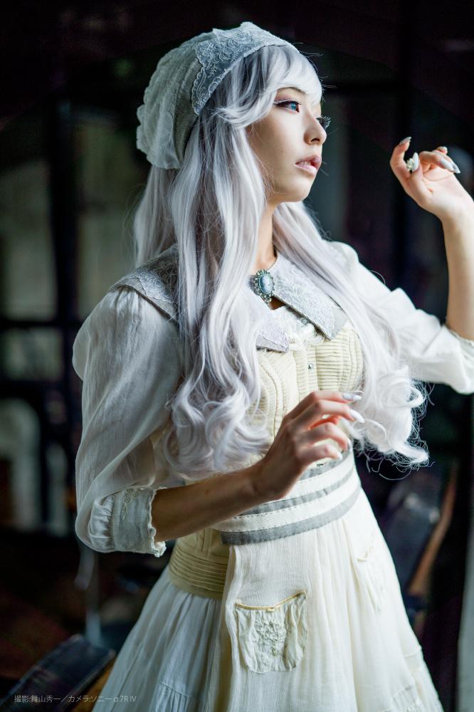 宇垣美里が麗しいメイド風コスプレ カメラ誌の表紙巻頭グラビア飾る
