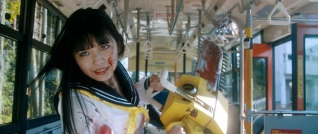 バスで改造チェーンソーを振り回す、浅川梨奈演じる鋸村ギーコ