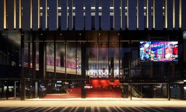 東京建物 Brillia HALL正面入口からみた250インチLEDビジョン