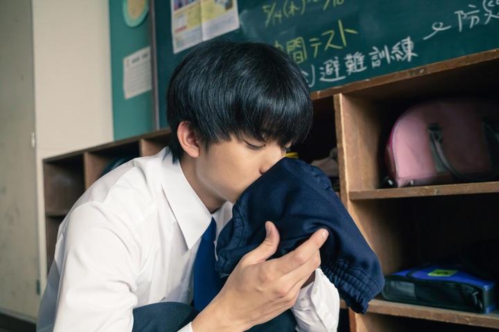 映画『惡の華』場面カット公開 伊藤健太郎、憧れの女子の体操着を嗅ぐ