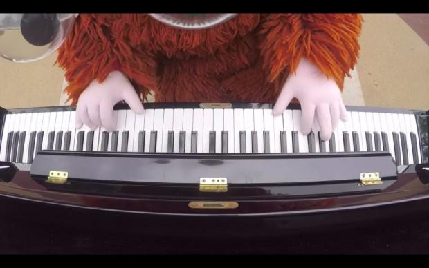 まずは「ねこふんじゃった」を演奏/【音楽家ムック】街中で突然、米津玄師の「海の幽霊」弾いてみた!!