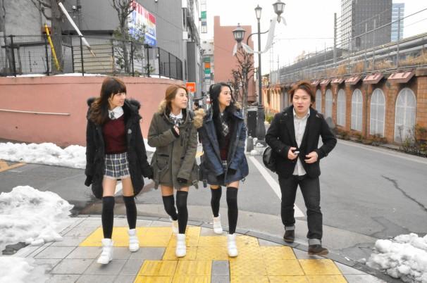 早速1軒目のラーメン店を目指すご一行。左からニューニューさん、ミアさん、ミニさん、尾崎さん