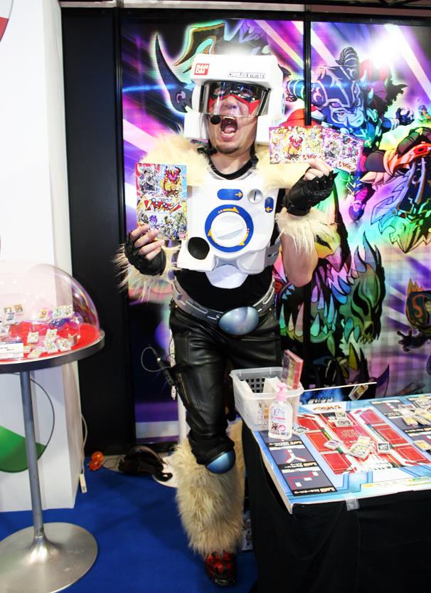 「爆烈連鎖バンバーン」のコーナーにいたお兄さん。強烈です……。 http://gashapon.jp/bang-burn/