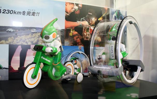 充電式電池EVOLTA3本のみでトライアスロンに挑戦。「スイム」「バイク」「ラン」の3形態が制作されました。写真は「バイク」と「ラン」。
