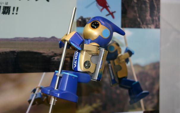 たった2本のEVOLTA乾電池を動力に、グランドキャニオンの登頂に成功した「エボルタ」。