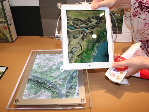 特定の画像をカメラで映すことにより、ディスプレイに3Dで表現された城郭が出現します。その名も「城ラマ」。