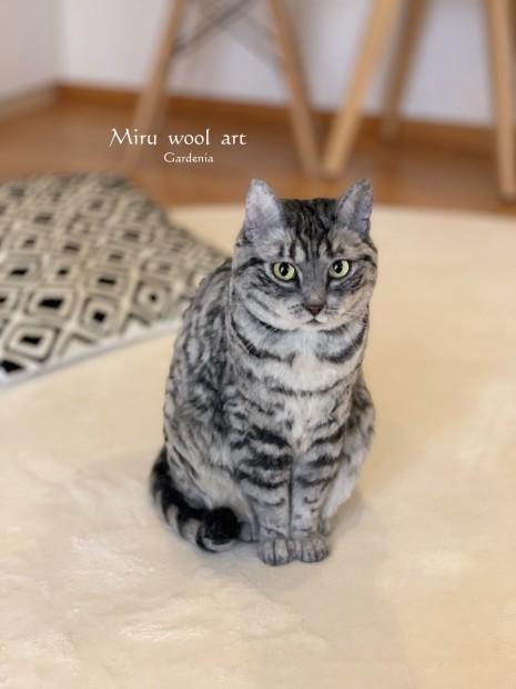 羊毛フェルトで作られた猫