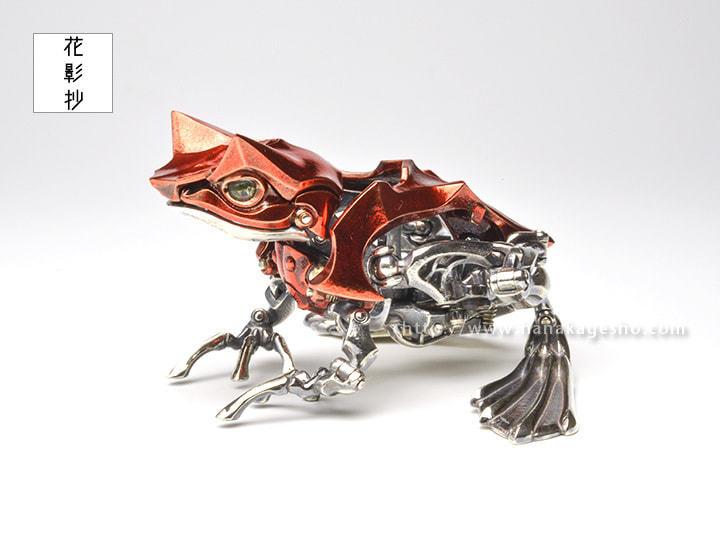 金属のセミがカエルに変形! 造形作家の職人技「可変角蛙」