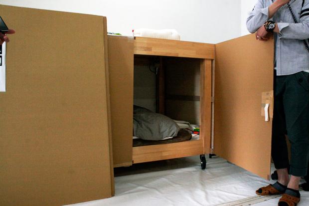 村上隆さんの寝室(移動式)入り口