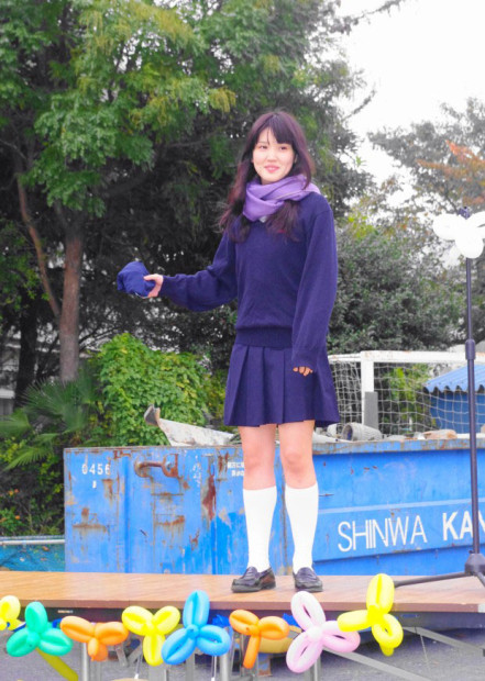 恥ずかしそうな表情を浮かべる制服女子高生